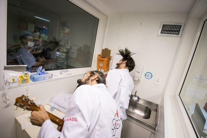 Doutores da Alegria se apresentam para criança em área isolada.