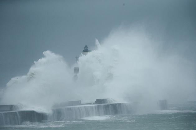 Des vagues s'écrasent contre un phare à in Boulogne-sur-Mer, samedi 2 novembre