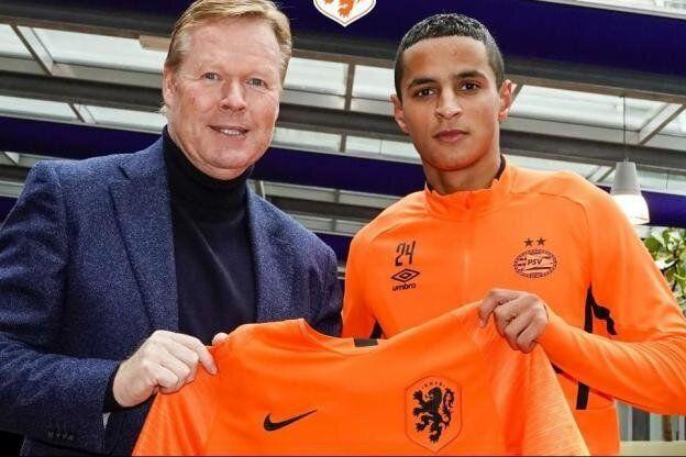 Le Marocain de 17 ans Mohammed Ihattaren (à gauche) pose avec le maillot des Pays-Bas avec le sélectionneur néerlandais Ronald Koeman (à droite)