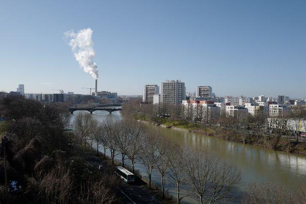 Une photo prise le 12 février 2018 montrant les rives de la Seine, près du centre-ville...