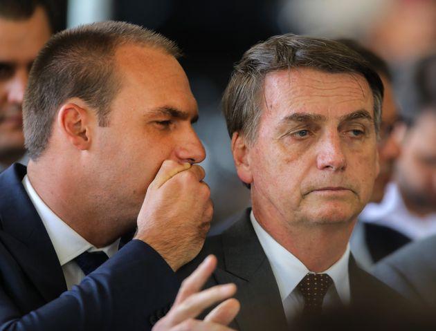 Eduardo Bolsonaro (às esq.) e o presidente Jair Bolsonaro, durante governo de transição,...
