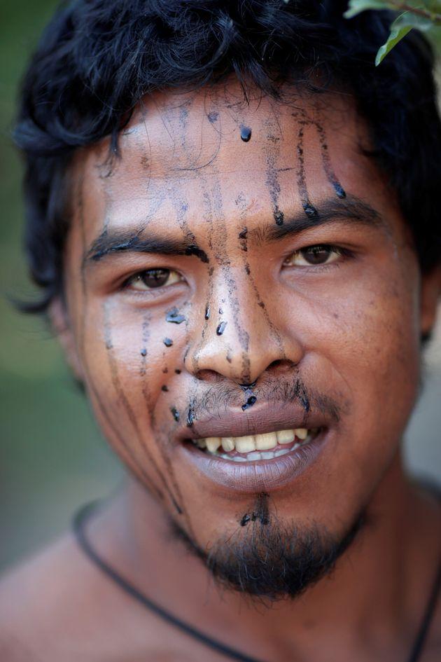 O líder indígena Paulo Paulino Guajajara sorri para uma foto em um acampamento improvisado...