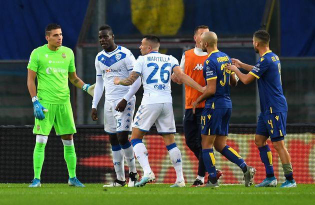 Mario Balotelli furieux après des cris de supporters lors de Hellas Vérone-Brescia en Serie...