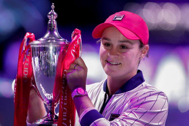 La australiana Ashleigh Barty posa con su trofeo en la ceremonia de premiación después de derrotar a...