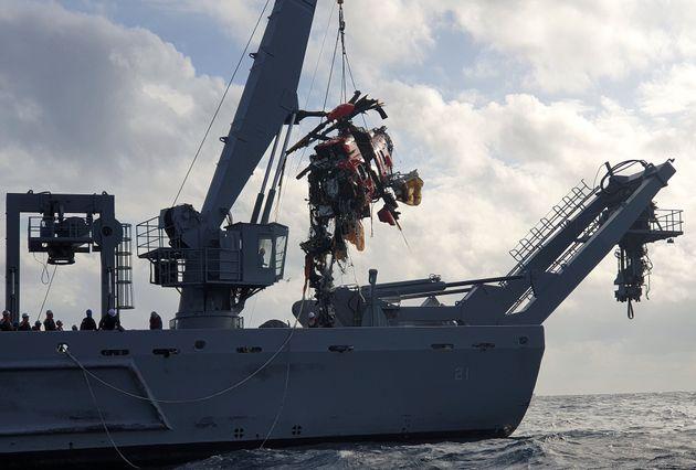 중앙119구조본부 소방헬기 추락 나흘째인 3일 오후 해양경찰청과 해군 등 수색당국이 독도 인근 사고 해역 해군 청해진함에서 소방헬기 동체를 인양하고