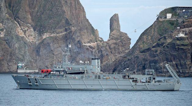 중앙119구조본부 소방헬기 추락 나흘째인 3일 오전 해군 청해진함이 독도 인근 사고 해역에서 수색을 하고