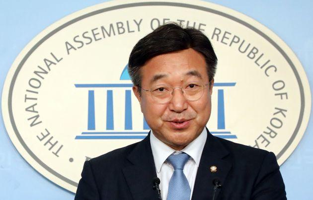 윤호중 더불어민주당 총선기획단장이 4일 서울 여의도 국회에서 열린 총선기획단 명단을 발표하고 취재진 질의에 답변을 하고