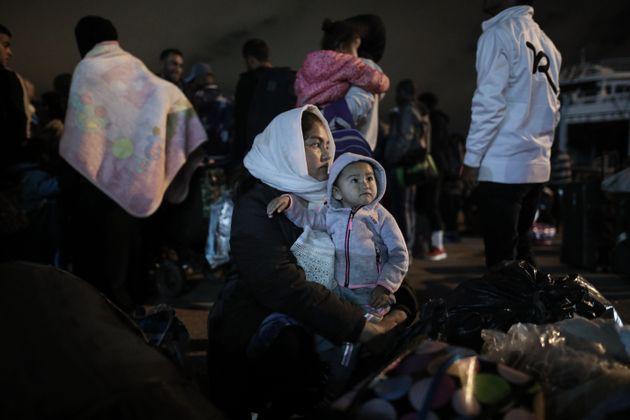 Ακόμη 284 πρόσφυγες στο λιμάνι του Πειραιά με προορισμό δομές φιλοξενίας ανά τη