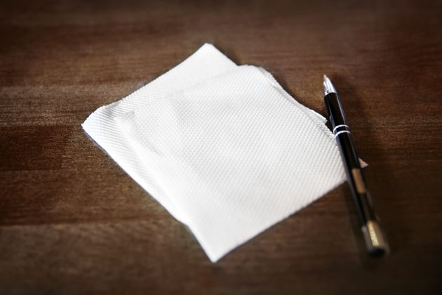 紙ナプキンとペンのイメージ写真