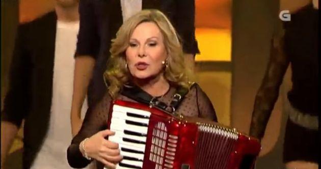María Jesús y su acordeón durante una actuación en la televisión