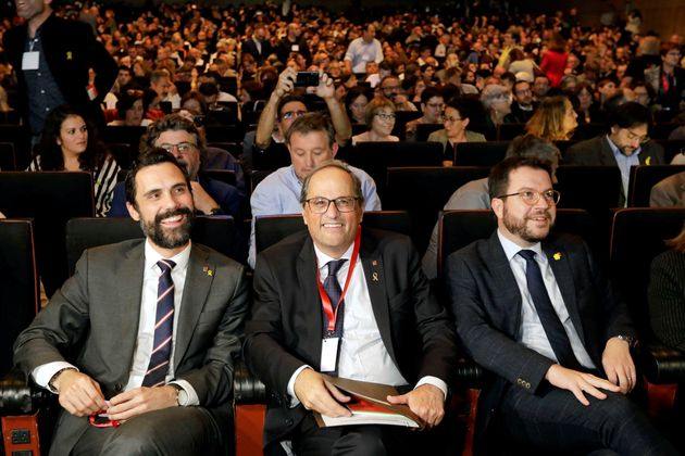 El presidente del Parlament, Roger Torrent (i), junto al president de la Generalitat, Quim Torra (c),...