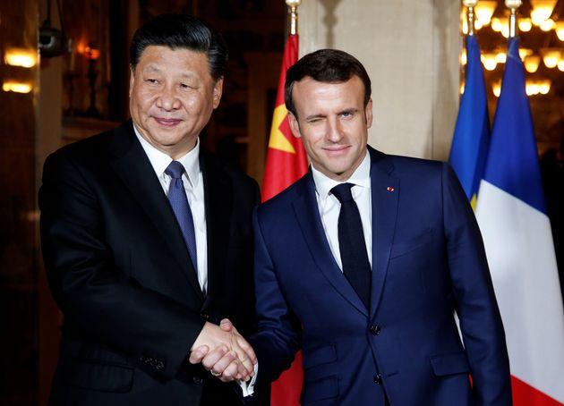 Le Président Emmanuel Macron serre la main du Président de la Chine Xi Jinping lors de...