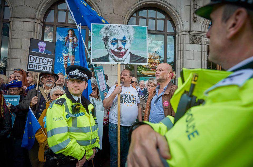 Διαδηλωτές κατά του...