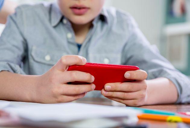 12enne restituisce smartphone al padre: