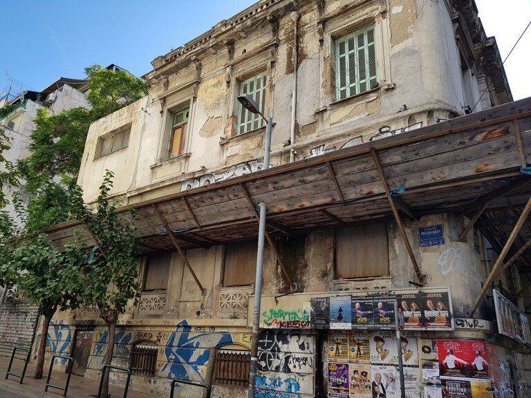 To κτήριο Πατησίων και Αντωνιάδου όπου είχε στεγαστεί το εμπόριο
