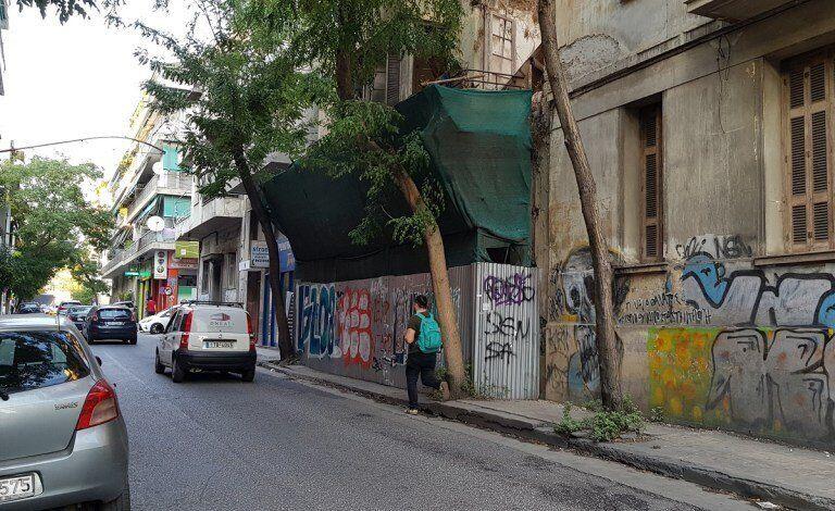 Το ημι-γκρεμισμένο κτήριο Μουστοξύδη 8 αναγκάζει τους πεζούς να κατεβαίνουν στο