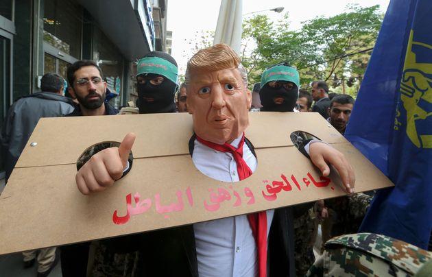 Déguisé en Trump dans une guillotine, un manifestant iranien exprime son hostilité...