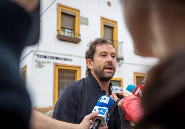 Borja Romero, el portavoz vecinal, hablando con la