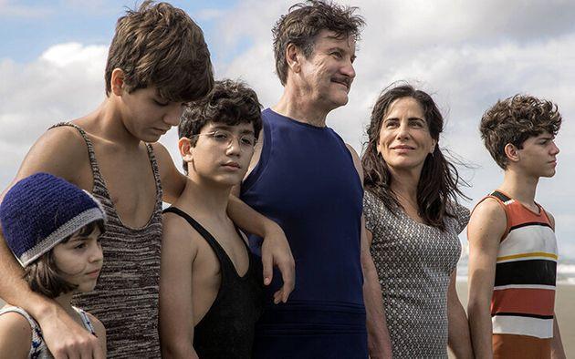 A bonita sequência na praia: Glória Pires e Antônio Calloni com Maju Lima, Xande Valois, Davi de Oliveira...