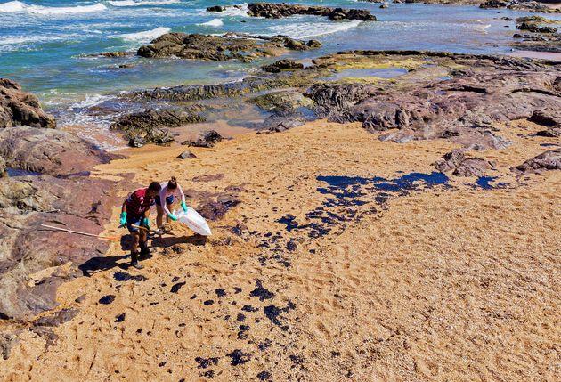 Rastro de óleo na Praia de Busca Vida em Camaçari, na