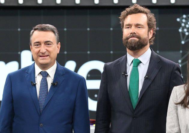 El portavoz del Grupo Parlamentario Vox en el Congreso, Iván Espinosa de los Monteros (2d), y el portavoz...