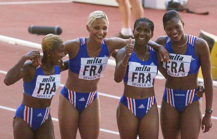 La coureuse Katia Benth, qui lève le pouce, est entourée de gauche à droite de Patricia Girard, Christine Arron et Muriel Hurtis en 1998 lors de la victoire de la France au relais 4x100 mètres.