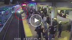 Cade sui binari con il treno in arrivo. L'agente gli salva la vita all'ultimo secondo