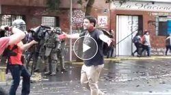 Il manifestante cileno ferito sfida i poliziotti: