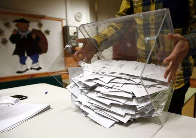 Urna repleta de papeletas durante las pasadas