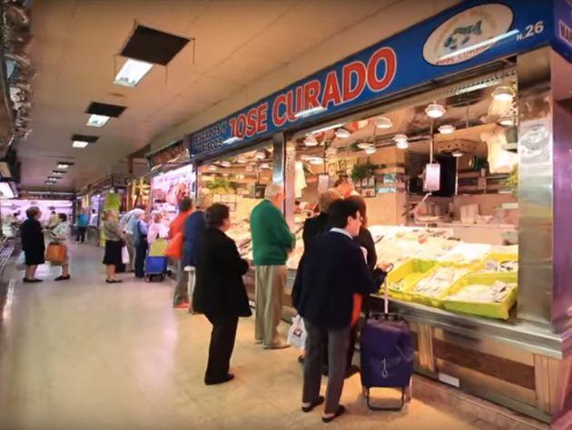 Clientes comprando en el Mercado de