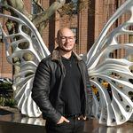 Artista cria asas de borboleta para honrar a memória de travesti assassinada nos