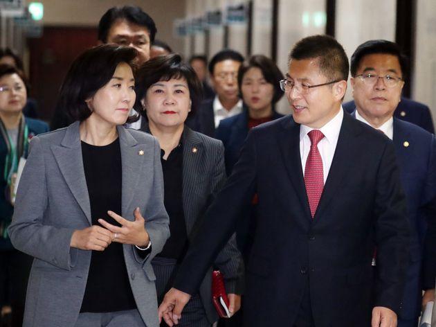 황교안 자유한국당 대표와 나경원 원내대표가 6일 서울 여의도 국회에서 열린 최고위원-중진의원 연석회의에 참석하며 대화를 하고