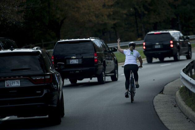 La ciclista che perse il lavoro per il dito medio contro Trump ha vinto le elezioni contro un