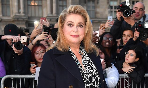 Catherine Deneuve arrive au défilé Louis Vuitton, à Paris, au mois de