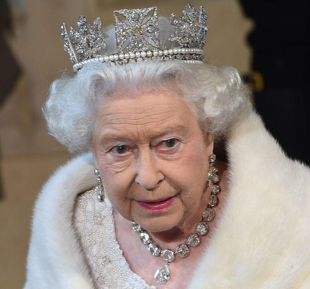 La Reine d'Angleterre continuera toutefois à porter ses tenues déjà constituées...