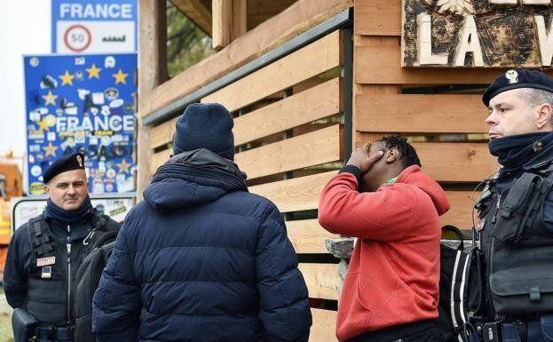 Control de inmigrantes en la frontera francesa con Italia, en una imagen de