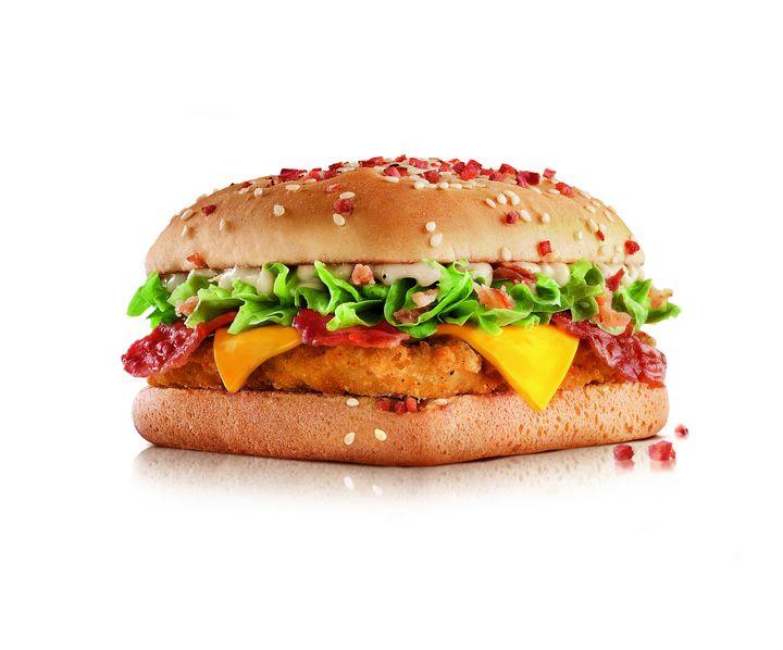 O famoso pão quadrado com frango empanado, cebola crispy, alface, bacon, queijo cheddar e molho CBO será vendido a partir de R$ 29,90 no combo.