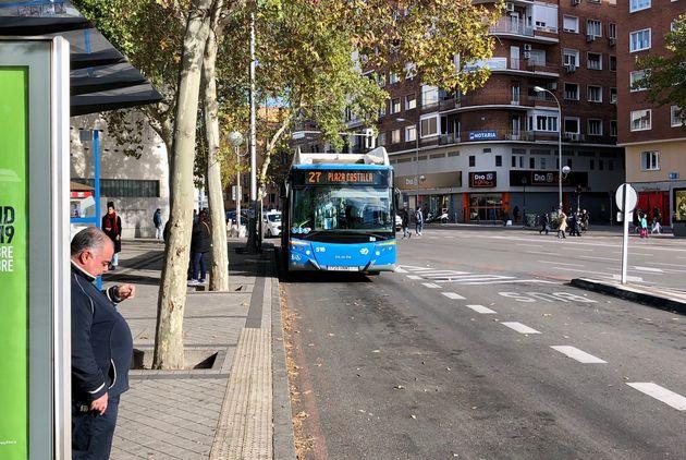 Una persona espera el autobús número 27 en Embajadores