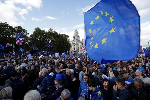 ロンドンの国会前の広場に集まるブレグジットに反対する人たち