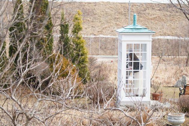 震災から8年が経った2019年3月にも、友人を震災で亡くした女性が「風の電話」を訪れていた=朝日新聞社撮影