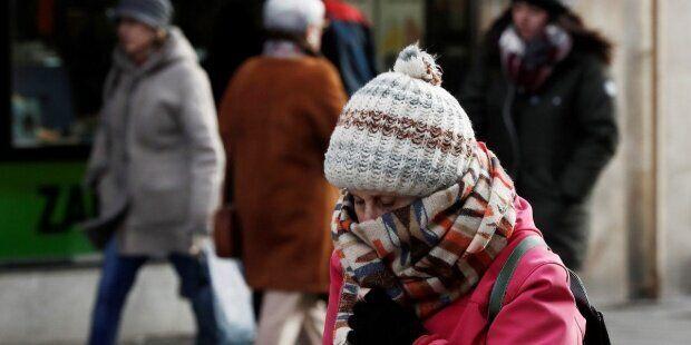 Una mujer se protege del intenso frío en