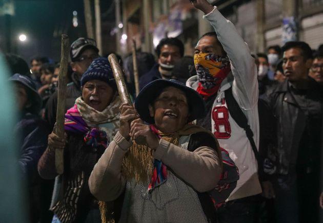 Grupos de personas afines al presidente del país, Evo Morales, realizan una vigilia en la salida del