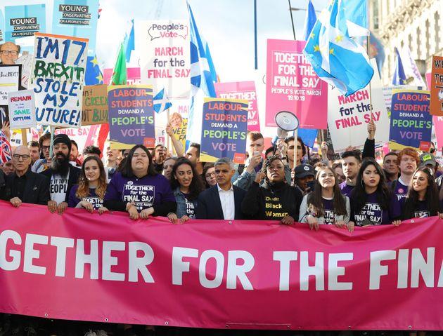 デモには、ロンドン市長のサディク・カーン氏(中央)らも参加した。