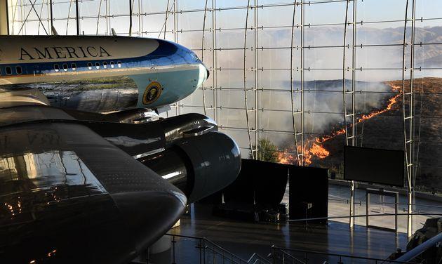 10月30日、大統領専用機「エアフォースワン」の展示場所から見える火の手 (Photo by Wally Skalij/Los Angeles Times via Getty