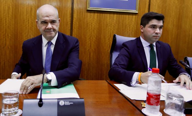 El expresidente de la Junta de Andalucía Manuel Chaves,iz., durante su comparecencia ante la comisión...
