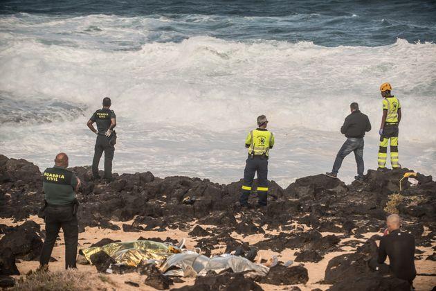 Los servicios de emergencias han rescatado los cuerpos sin vida de dos inmigrantes más que viajaban en...