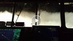 La tempesta perfetta si abbatte sulla nave a sorpresa. Le onde infrangono i vetri