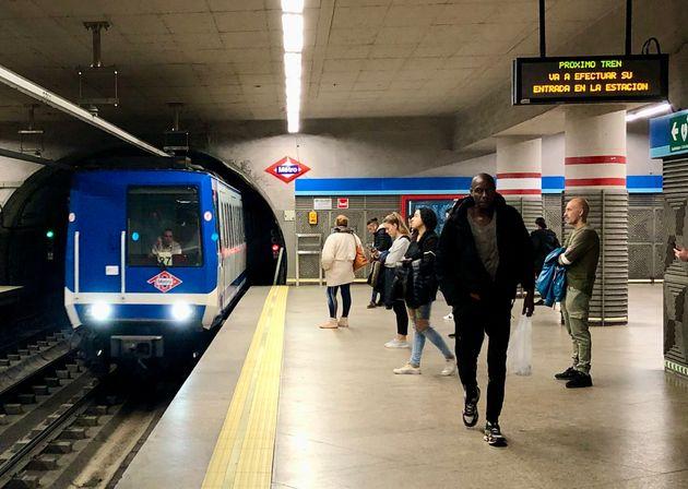 Viajeros de Metro de Madrid en el andén de Atocha