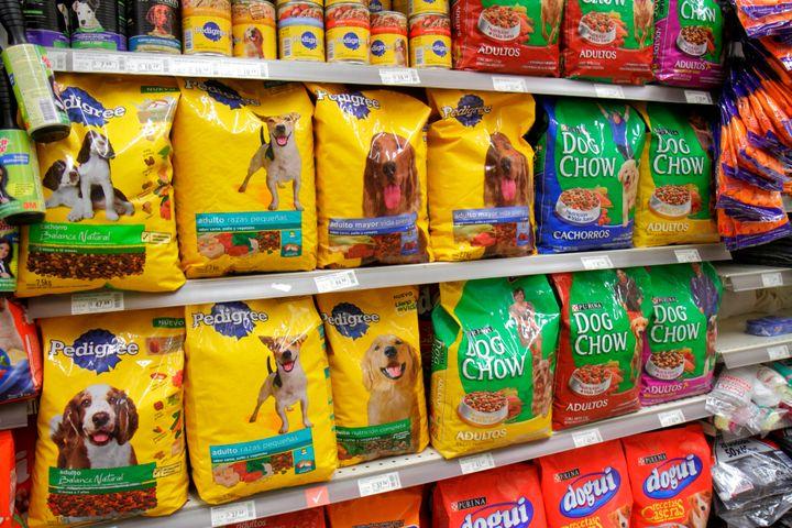 Comidas de perro en el supermercado.