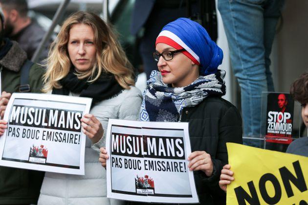 Des manifestants rassemblés devant le siège de la chaîne TV CNews à Boulogne-Billancourt,...
